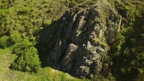 La opinión aérea el hombre libera a solas subir en los acantilados Subida masculina la roca sin el arnés y cuerdas de seguridad E almacen de video