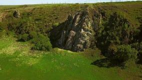 La opinión aérea el hombre libera a solas subir en los acantilados Subida masculina la roca sin el arnés y cuerdas de seguridad E metrajes