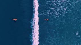 La opinión aérea la gente que practica surf en Kuta vara, Bali Indonesia metrajes