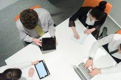 La opinión aérea hombres de negocios agrupa la reunión de reflexión en la reunión Fotos de archivo