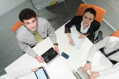 La opinión aérea hombres de negocios agrupa la reunión de reflexión en la reunión Foto de archivo libre de regalías