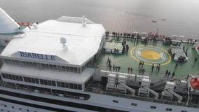 la opinión aérea 4k gente en cubierta abierta en trazador de líneas de la travesía nombró a Isabel, río del Daugava, Riga almacen de video
