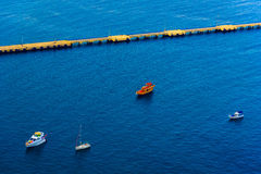 La opinión aérea sobre los barcos acerca al embarcadero Imágenes de archivo libres de regalías