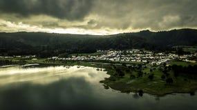 La opinión aérea sobre pequeño pueblo localizó cerca por Sete Cidades fotografía de archivo