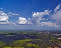 La opinión aérea sobre selva verde y el cielo azul ajardinan tropical Fotografía de archivo libre de regalías