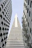 La opinión de ángulo bajo de la pirámide San Francisco de Transamerica diseñó por William Pereira Imagenes de archivo