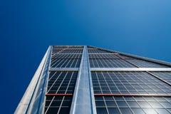 La opinión de ángulo bajo de la puerta de Europa se eleva contra el cielo azul Imagenes de archivo