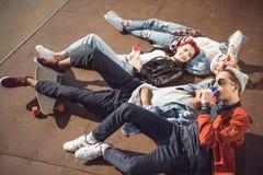 La opinión de alto ángulo adolescentes agrupa la mentira junta y la reclinación Foto de archivo libre de regalías