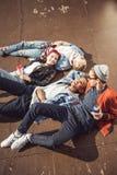 La opinión de alto ángulo adolescentes agrupa la mentira junta y la reclinación Imágenes de archivo libres de regalías