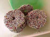 La opinión de alto ángulo del chocolate con el azúcar colorido gotea i Imagen de archivo libre de regalías