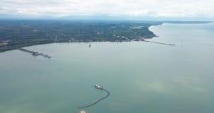 La opinión de alto ángulo muestra la ciudad costera por el golfo de Tailandia almacen de metraje de vídeo