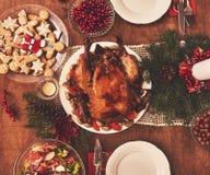 La opinión de alto ángulo de la tabla sirvió para la cena de la familia de la Navidad tabulación foto de archivo libre de regalías