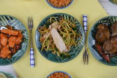 La opinión de arriba de la endecha plana de una tabla puso con los platos chinos de la comida Fotografía de archivo
