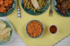 La opinión de arriba de la endecha plana de una tabla puso con los platos chinos de la comida Foto de archivo libre de regalías