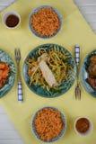 La opinión de arriba de la endecha plana de una tabla puso con los platos chinos del arroz y de la carne Fotografía de archivo libre de regalías