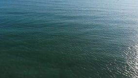 La opinión de la cámara aumenta de la pared de mar con horizonte de mar de la red de pesca Pescadores en el rompeolas Visi?n a?re metrajes