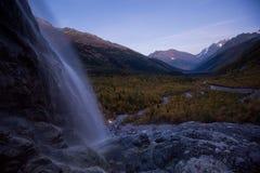 La opinión de la cascada y del valle de Alibek fotos de archivo
