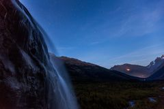 La opinión de la cascada y del valle de Alibek foto de archivo