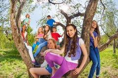 La opinión de Fisheye niños en el árbol benches Foto de archivo