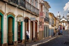 La opinión de la calle del sao Joao del Rei con Nossa Senhora hace la iglesia de Carmen en el backgound - sao Joao Del Rei, Minas Fotografía de archivo libre de regalías