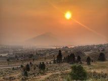 La opinión de la ciudad restringió por el humo intenso de los incendios forestales imágenes de archivo libres de regalías