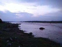La opinión de la noche del río imagen de archivo