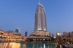 La opinión de la noche sobre la alameda de Dubai Imágenes de archivo libres de regalías