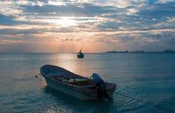 La opinión de la salida del sol del barco de pesca mexicano y Ponga/el esquife en el puerto de Puerto Juarez de Cancun aúllan Imagen de archivo libre de regalías