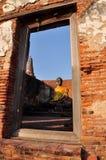 La opinión de la ventana de la estatua vieja Buda en Ayutthaya Fotografía de archivo libre de regalías