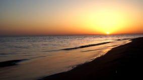 La opinión de lapso de tiempo sobre la satisfacción tranquila agita estrellarse en orilla del océano de la costa costa de la play almacen de video