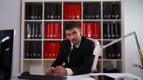 La opinión de Listen Your del hombre de negocios y está de acuerdo almacen de video