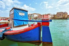 La opinión de la luz del día al barco azul y rojo colorido vibrante parqueó en VE Fotografía de archivo