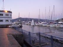 La opinión de la noche de barcos atracó en la costa en el puerto de Vigo Fotografía de archivo libre de regalías