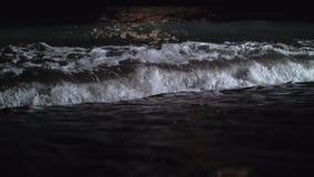 La opinión de la noche del mar oscuro agita el balanceo adentro en la orilla almacen de video