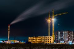 La opinión de la noche sobre los nuevos edificios en el suburbio de la ciudad del brezo fotografía de archivo