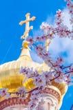 La opinión de Pascua Mary Magdalene Convent con la almendra florece, Jerus Imagenes de archivo
