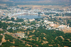 La opinión de Pushkar, ciudad hindú famosa del peregrinaje, nombre de la ciudad significa el azul Imagen de archivo libre de regalías