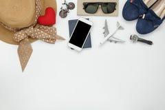 La opinión de sobremesa de accesorios forma a mujeres al concepto del viaje Foto de archivo