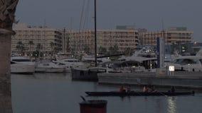 La opinión de la tarde del puerto de Alicante y la orilla del agua promenade con la gente, España almacen de video