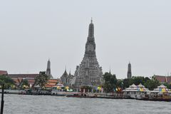 La opinión de Wat Arun sobre el barco a Wat Pho, Wat Arrun está prendido de templo famoso en Bangkok imagen de archivo