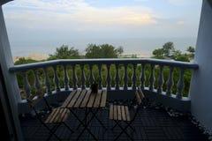 La opinión del balcón y la playa presentan salida del sol de la mañana Fotos de archivo