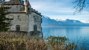La opinión del castillo de Chillon del top y del lago geneva en el fondo, enfoca adentro almacen de metraje de vídeo