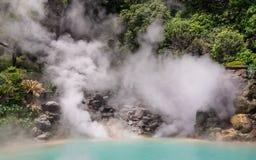 La opinión del detalle sobre las aguas termales geotérmicas famosas, llamó Umi Jigoku, inglés infierno del mar, en Beppu, Oit foto de archivo