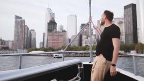 La opinión del horizonte del paisaje urbano de la isla de Manhattan de una cámara lenta del frente del barco del viaje sorprende  metrajes