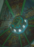 la opinión del interior de la iglesia de la luz de la noche Foto de archivo