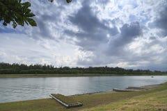 La opinión del lago del día de la nube en el verano Imagenes de archivo