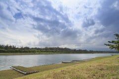 La opinión del lago del día de la nube en el verano Fotos de archivo libres de regalías