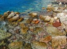 La opinión del mar Hermosa vista de la montaña al mar adriático tranquilo Agua clara azul y piedras grandes Imagen de archivo libre de regalías