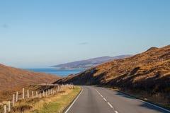 La opinión del mar del otoño del viaje por carretera de las montañas de Escocia colorea las montañas de Ecosse du nord imágenes de archivo libres de regalías