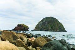 la opinión del mar y dos pequeñas islas nombraron a Yen Phu Yen Sun en el mar, Vietnam imagen de archivo